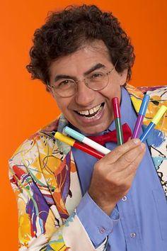 DANIEL AZULAY - Daniel Azulay (Rio de Janeiro, 30 de maio de 1947) é artista plástico, educador com atuação na Imprensa e na TV como desenhista, compositor e autor de livros infanto-juvenis e videogames interativos. Criador da Turma do Lambe-Lambe, foi precursor em 1976 apresentando durante dez anos seguidos, programas de TV educativos e inteligentes para o público infantil, influenciou de forma construtiva a geração dos anos 80 que aprendeu com ele a desenhar, construir brinquedos com…