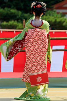 平安神宮の神賑行事の京舞奉納、ラストを飾るのは祇園東の5人の舞妓さん。 艶やかな京舞の様子をお届けします。 祇園東の5人の舞妓さんが控室か...