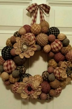 Primitive rag ball wreath - what a nice wreath Mehr Primitive Christmas, Rustic Christmas, Christmas Wreaths, Christmas Decorations, How To Make Wreaths, Crafts To Make, Home Crafts, Diy Crafts, Wreath Crafts