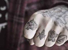 Algunos tatuajes místicos en los dedos