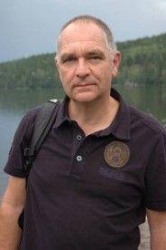 Dit is Luc Hanegreefs hij is de schrijver van Volle Maen het boek voor mijn boekbespreeking. Ik vond het belangerijk dat jullie wisten hoe hij eruit ziet. Dus daarom heb ik deze foto gekoozen. Polo Shirt, Mens Tops, Shirts, Polos, Polo Shirts, Polo, Dress Shirts, Shirt