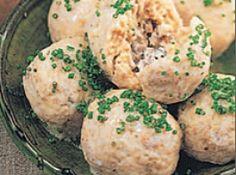 Delikates Innenleben: Klöße aus Kartoffelteig, gefüllt mit einem feinen Ragout aus Champignons und Shitake-Pilzen.