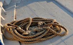 Σκηνές της ελληνικής ναυτικής ζωής, σκουριά χαραγμένη σε κάβους κι ανθρώπους, αρμυρισμένες ψυχές ανθρώπων και γλάρων,… Greece Islands, Greek Islands