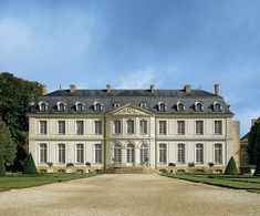 The designer overcomes serious odds to bring an 18th-century Loire Valley château back to life.