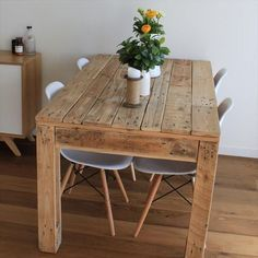Pallet Table Plans Easy Pallet Table ideas to consider for your home to complement your decor Rustic Style Pallet Dining Table Wooden Pallet Projects, Wooden Pallet Furniture, Wooden Pallets, Wooden Diy, Rustic Furniture, Diy Furniture, Pallet Ideas, Recycled Pallets, Pallet Wood