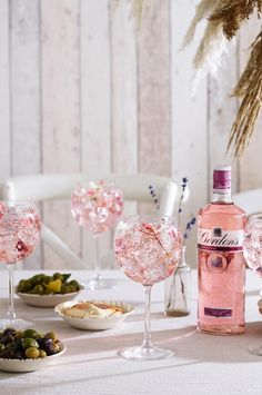 Elegant Gordon's Premium Pink Distilled Gin Floral Rhubarb Fizz is ideal to be served with an antipasti sharing platter, bringing a pop of colour to this boho minimalist 2019 wedding trend.  Follow the link for recipe & method.  #Ad #BohoWedding #MinimalistWedding #NeutralWedding #RusticWedding #WeddingIdeas #WeddingTrends2019  #WeddingInspiration  #WeddingCocktails  #EdibleFlowers #WelcomeDrink #WeddingWelcomeCocktail #GinCocktail #PinkGin #PinkGinCocktail #PinkCocktail #PreDinnerDrink Wedding Trends, Boho Wedding, Rustic Wedding, Dream Wedding, Wedding Ideas, Pink Gin Cocktails, Drinks, Sharing Platters, Welcome Drink