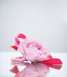 DIY flower bracelet,or diy corsage. Cute Wedding Dress, Diy Wedding Flowers, Fall Wedding Dresses, Wedding Favors, Wedding Ideas, Flower Girl Bracelets, Flower Bracelet, Bracelet Corsage, Flower Corsage
