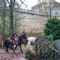 Sam Heughan & Caitriona Balfe filming Outlander at Dean Castle Country Park [via Claire Fraser, Jamie Fraser, E Claire, Outlander Season 4, Diana Gabaldon Outlander Series, Outlander Book Series, Outlander Casting, Outlander Tv Series, Dean Castle