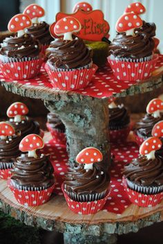 woodland party Cupcakes topped with mushroom cookies, on an awesome natural tree tiered stand Woodland Party, Woodland Theme Cake, Fairy Birthday Party, Birthday Parties, Fall Birthday, Red Riding Hood Party, Enchanted Forest Party, Ben And Holly, Festa Party