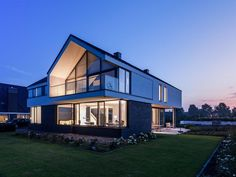 Modern Houses Design Is Pperfect For You Who Do Not Like To Live Settled – Loft İdeas 2020 Modern Barn House, Modern Mansion, House Roof Design, Woodland House, Modern Villa Design, Latest House Designs, Dream House Plans, Home And Deco, Residential Architecture