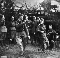 Soviet sodliers dancing Kalinka 1943
