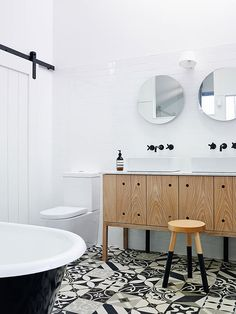 piso estampado em banheiro com gabinete e banqueta de madeira