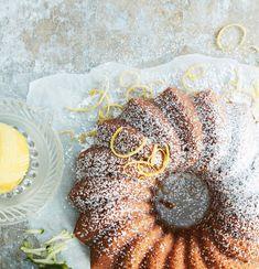 Upota kakkutaikinaan kokonainen kesäkurpitsa! Loppukesän mehevin kakku maistuu sitruunalta ja mantelilta.