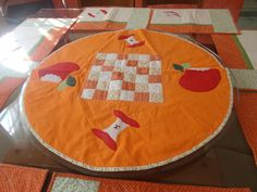 Toalha em tecido 100% algodão. Toalha ideal para prato giratório de mesa de vidro. Temos outros temas e cores. Diâmetro de 72 cm.