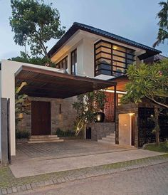garage House at Surabaya, Indonesia Property Buying Guide for the First Time Buyer Buying a home? Modern Tropical House, Tropical House Design, Modern Small House Design, Modern Exterior House Designs, Minimalist House Design, Dream House Exterior, Japanese Modern House, Tropical Houses, Bungalow House Design