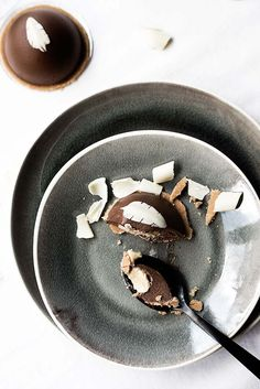 Esferas de mousse de chocolate rellenas de cremoso de chocolate blanco. Elegante y delicioso.
