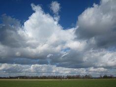 Echte Hollandse wolkenluchtend. Als je vanuit dit perspectief kijkt, zie je vrij veel bewolking door het coulissen-effect, maar er zijn ook grote stukken blauw tussen de wolkenstraten in. De wolkenbasis (de onderzijde van de wolk) is vrij recht, de bovenzijdes van de wolken zijn sterk wisselend. Foto: @AlainDidderiens Weer: Rustig intermezzo
