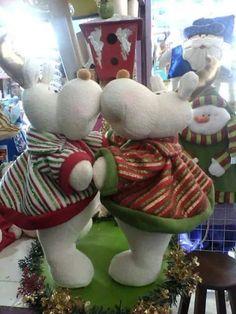 duo renitos.. Manta Polar, Christmas Stockings, Christmas Ornaments, Snowman, Dinosaur Stuffed Animal, Felt, Halloween, Toys, Holiday Decor