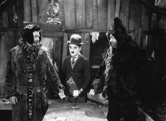 """The Gold Rush (1925) Her yönüyle bir Chaplin klasiği Altına Hücum, trajediden doğan komedinin en güzel hâli. Tramp, bu hikâyesinde rüyasını gerçekleştirmeye, Alaska'ya altın aramaya gider; """"taşı toprağı altın Amerika""""nın rüyasını. Bu uğurda, çetin kış şartları da diğer yandan bastırırken, ıssız bir kulübede konaklar. Açlık ve sefalet ayakkabasını yedirtir ona, bir sonraki yemeğin kendisi olmaması için hiçbir sebep yoktur artık. Kasabada rutin işler peşinde koşarken gönlünü kaptırır."""