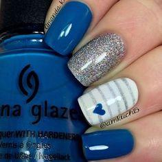 uñas azul y glitter plateado, uña blanca con líneas gris y corazoncito azul