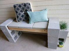 Enkele betonblokken, stukken hout en kussen en je hebt een schattige patio bank.