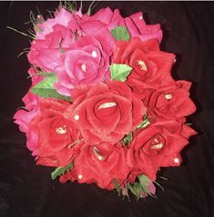 Si quieres sorprender a alguien especial regálale esta hermosa copa llena de rosas muy dulces ya q tienen un chocolate dentro Floral, Chocolate, Flowers, Plants, Breakfast Nook, Someone Like You, Craft Gifts, Make A Difference, Sweetie Belle