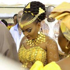 Golden💛💛💛 Via Ivorian Weddings Makeup: by Institut De Beaute Eliphèle Photo: Sidoine photography Coast Source by aicha_sang African Wedding Attire, African Attire, African Wear, African Women, African Dress, Traditional Wedding Attire, African Traditional Wedding, African Traditional Dresses, African Print Fashion