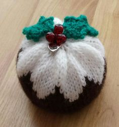 Knitted christmas pudding chocolate orange cover. Selling on ebay. Knit Christmas Ornaments, Crochet Ornaments, Christmas Crafts, Christmas Decorations, Christmas Cupcakes, Crochet Christmas, Christmas Knitting Patterns, Baby Knitting Patterns, Christmas Pudding