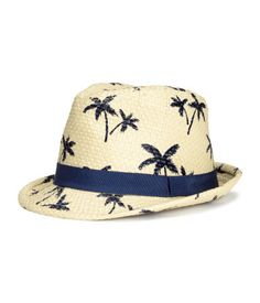 Straw hat with a print pattern and grosgrain band. Lined.