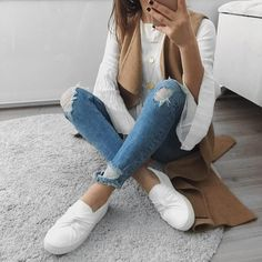 C'est fou comment une veste sans manches ajoute instantanément du style à une tenue classique  #lookdujour #ldh #jeans #sleeveless #vest #whitesneakers #ootd #fallfashion #trend #ootd #style #inspiration #regram  @ugot2befashion