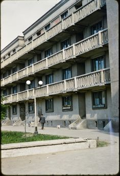 Four-story residential building in the Muranow District in Warsaw, Poland, fot. John William Reps (1960's)
