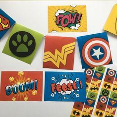 Welke superheld zou jij willen zijn? Een supersterke, superslimme, superlenige of iets anders?  Nodig al je vrienden en vriendinnen uit en ontdek welke superhelden jullie zijn! Doe allemaal superhelden activiteiten samen. Wat dacht je van een plank door midden slaan, door een spinnenweb kruipen of hamers happen? En er zijn nog veel meer superheld opdrachten! Natuurlijk maak je een masker, maar ook een speciaal feestwapen! Met natuurlijk deze uitnodigingen, slinger en vlaggetjes in het thema! Superheroes, Seeds