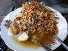 Lontong Balap merupakan makanan khas Surabaya yang terdiri dari: lontong (rice cake), kecambah (sprouts), tahu goreng (fried tofu), lentho (made of soybean), bawang goreng (fried onion), kecap (soy sauce), petis (fermented shrimp paste), dan sambal (chili sauce) #Indonesia