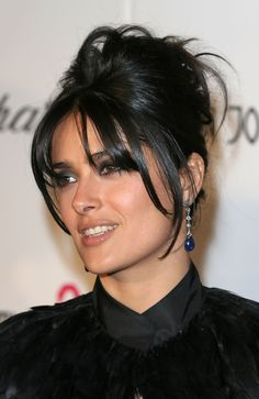 Salma Hayek French Twist - Salma took her hair to new heights with an elegant French twist at the 2005 Elton John Oscar party. Short Hair Twist Styles, Short Twists, Medium Hair Styles, Long Hair Styles, Hair Medium, Updo Styles, Salma Hayek Hair, French Beauty Secrets, French Twist Hair