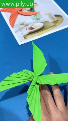 Origami Toys, Instruções Origami, Paper Crafts Origami, Origami Videos, Easy Origami Butterfly, Easy Oragami, Origami Gifts, Origami Flower, Diy Flower