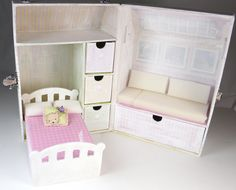 Customize your own doll carry case using the paddywack cottage. The doll travel case tutorial features the tiny BJD doll Amelia Thimble by Wilde Imagination. Cardboard Dollhouse, Diy Dollhouse, Doll Furniture, Dollhouse Furniture, Diy Dolls Wardrobe, Doll Closet, Doll House Plans, Handmade Stuffed Animals, Doll Carrier