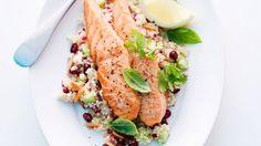 Verfeinert mit Granatapfel und Pinienkernen: Couscous mit Lachs   Zeit: 20 Min.   http://eatsmarter.de/rezepte/couscous-mit-lachs