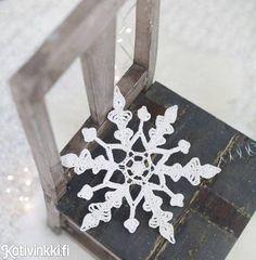 Varmista valkea joulu ja ripusta virkattu lumihiutale tai useampi vaikkapa ikkunaan, ovenpieleen tai joulukuuseen. Lumihiutale on helppo virkata. Crocheted snowflake. Kuva/pic Raisa Kyllikki Karjalainen #christmasdecorations #christmaspresentsdiy #christmascrafts