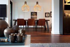 Houten vloer in eetkamer | Zwarte kabbes of sucupira | meubilair afkomstig van RAW Interiors Breda | donkere vloer | opgeleverd door BVO Vloeren; houten vloeren en parket uit Breda