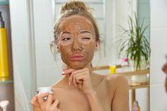 4 organic DIY face masks for your skin type - Diy Face Mask Ideas Exfoliator For Sensitive Skin, Piel Natural, Natural Face, How To Exfoliate Skin, Natural Lifestyle, Facial Scrubs, Girl Blog, Diy Face Mask, Face Masks