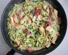Nem opskrift på en cremet pastaret med spinatpasta og kylling samt kalkunbacon. Det er en skøn ret, som også er til den sunde side.