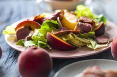 sałatka z kaczką, brzoskwinią i dressingiem śliwkowym