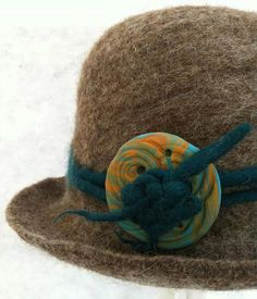 One of my new cloche hats. This is one of the new buckles that I made out of fimo last week. Buckle inspired by the lovely Chrissie and a tunic that I bought the other day. I think it works well.
