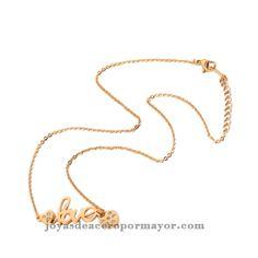 collar que contiene letras de love y dos corazones en ambas partes