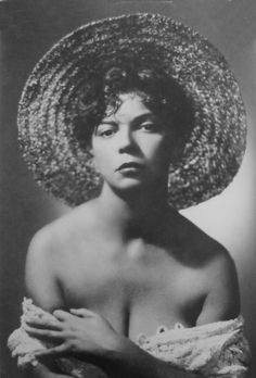 Leonor Fini photographed by Arturo Ghergo circa 1940. #leonorfini #fini #arturoghergo #surrealist #chat #straehat #decollatage