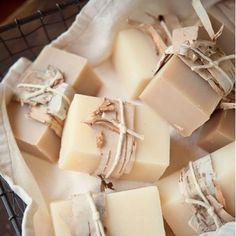 Savon au thé tchaï / DIY savon / DIY soap / DIY beauté Source by mcidees Drops Paris, Diy Savon, Savon Soap, Diy Beauté, Homemade Cosmetics, Homemade Soap Recipes, Tips & Tricks, Soap Packaging, Home Made Soap