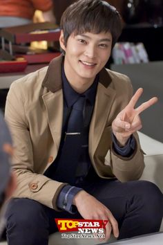 """Joo Won's V sign unveiled in 3 photos, """"The Champion of Cuteness on the film set"""" 