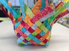 Idea muy cool! Hacer una canasta de tiras de tela tejidas juntas.