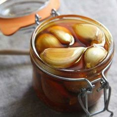 If You Eat Garlic and Honey On an Empty Stomach For 7 Days, This Is What Happens To Your Body. Mix Garlic and Honey For Amazing Benefits. Garlic and honey mi. Health Remedies, Home Remedies, Natural Remedies, Garlic Health Benefits, Garlic And Honey Benefits, Raw Garlic, Acide Aminé, Salud Natural, Wie Macht Man