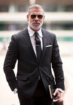 50代 チャコールグレースーツの着こなし | スーツスタイルWEB
